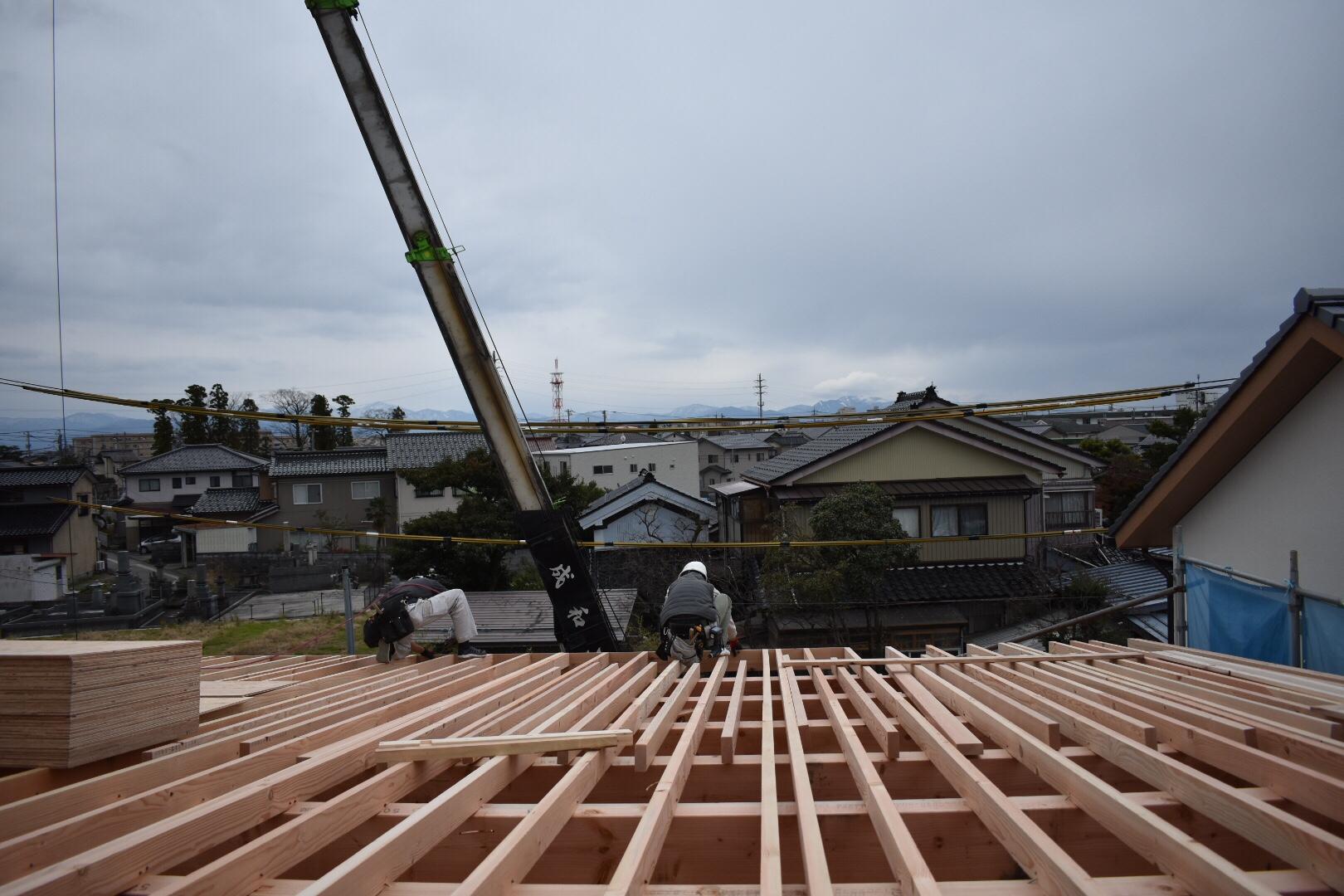 大工 屋根の上